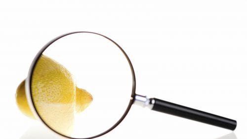 Eine Zitrone unter einer Lupe.