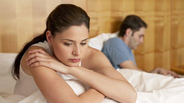 Das Bild zeigt ein Paar im Bett, das voneinander abgewandt ist.