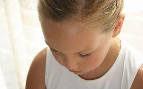 Viele Kinder mit selektivem Mutismus reagieren in sozialen Situationen sehr ängstlich und verschüchtert. Neben der fehlenden Sprache kommen oft weitere Symptome hinzu, so etwa Bettnässen.