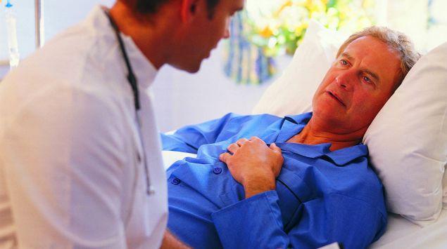 Das Bild zeigt einen Arzt mit einem älteren Patienten.