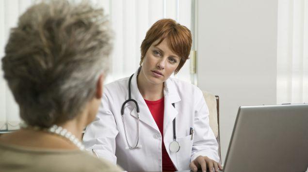 Das Bild zeigt eine Frau im Gespräch mit einer Ärztin.