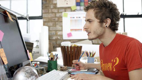 Ein junger Mann arbeitet am Computer.