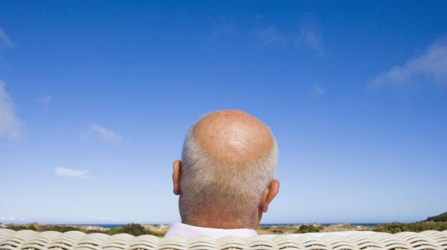 Hinteransicht eines älteren Mannes mit Glatze.