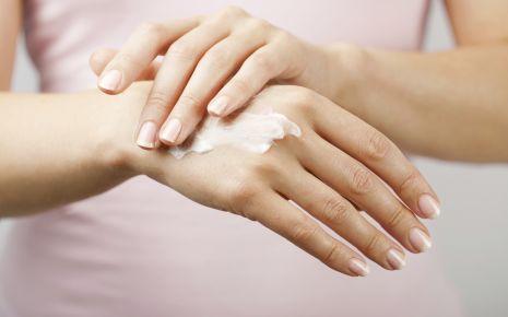 Mit speziellen Salben und Cremes können Sie die Beschwerden lindern.