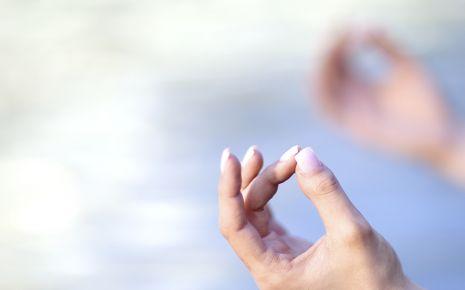 Die Hände einer meditierenden Frau.