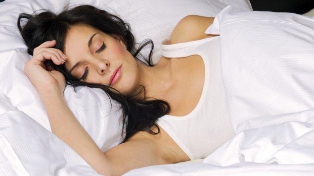 Man sieht eine junge Frau, die schläft.