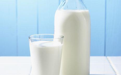 Man sieht ein Glas und eine Flasche mit Milch.