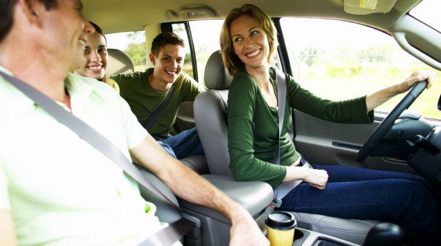 Das Bild zeigt eine Familie im Auto.