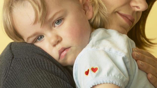 Das Bild zeigt ein Mädchen auf dem Arm.