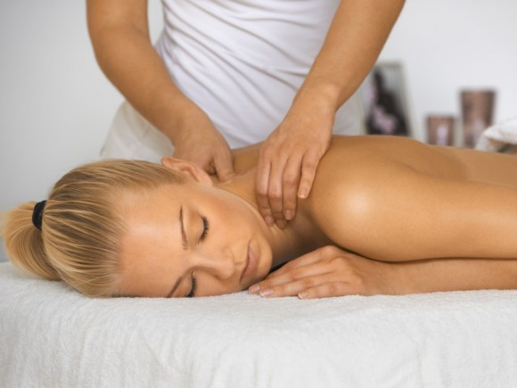 Eine klassische Massage fördert die Durchblutung der Muskeln.