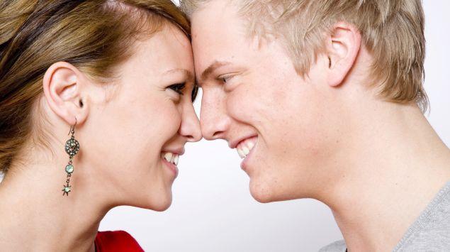 Ein verliebtes Paar Nase an Nase.