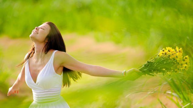 Das Bild zeigt eine Frau in der Natur.
