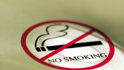 EIn Schild mit einer durchgestrichenen Zigarette und der Aufschrift No smoking.