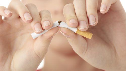 Das Bild zeigt wie eine Zigarette durchgebrochen wird.