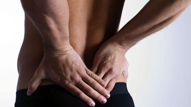 Das Bild zeigt einen Mann, der seine Hände auf den Rücken stützt.