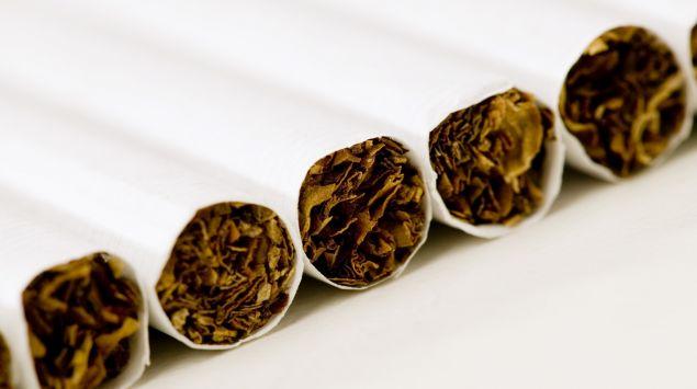 Das Bild zeigt mehrere Zigaretten, die nebeneinander liegen.