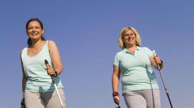 Das Bild zeigt zwei Frauen, die walken.