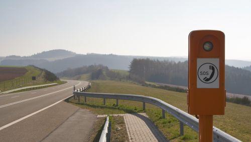 Das Bild zeigt ein Notruftelefon am Straßenrand.
