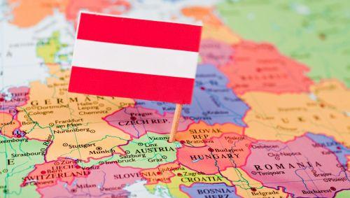 Das Bild zeigt eine Europakarte mit einer österreichischen Flagge.