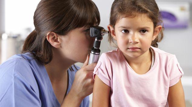 Das Bild zeigt ein Kind beim Ohrenarzt.