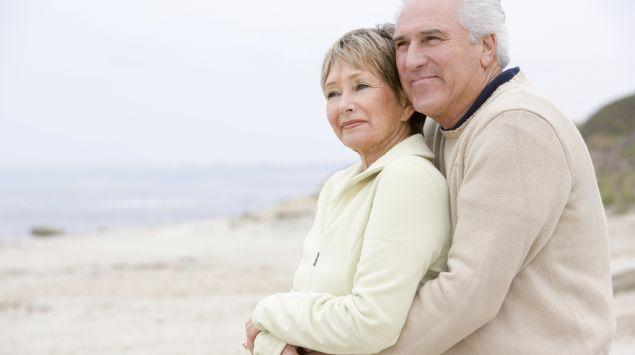 Das Bild zeigt ein älteres Paar am Strand.
