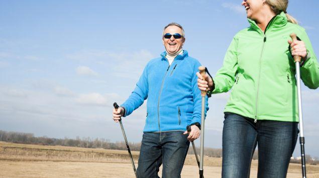 Das Bild zeigt ein älteres Paar beim Joggen.