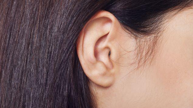 Das Bild zeigt ein Ohr einer Frau.