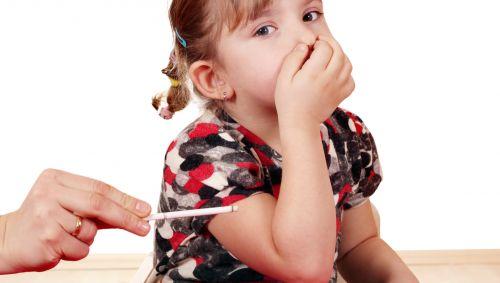 Das Bild zeigt ein Mädchen, das sich vor dem Rauch einer Zigarette die Nase zuhält.
