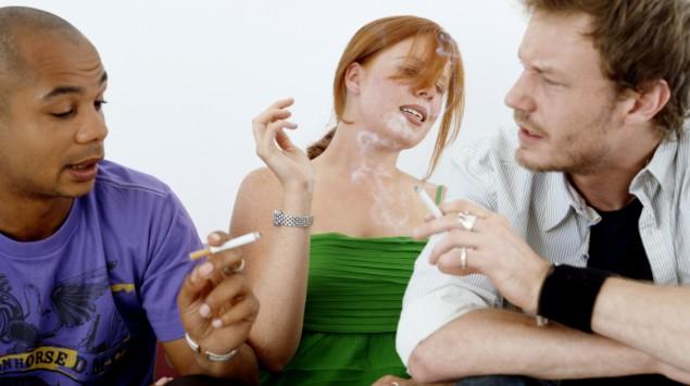 Das Bild zeigt zwei Raucher und eine Frau, die passiv raucht.