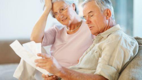 Das Bild zeigt ein älteres Paar.