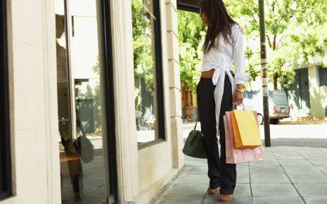 Das Bild zeigt eine Frau vor einem Schaufenster.