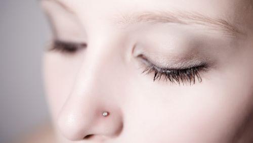 Junges Mädchen mit Nasenstecker.