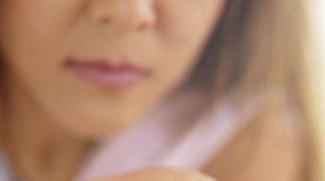 Das Bild zeigt eine Frau, die Pillen in der Hand hält.