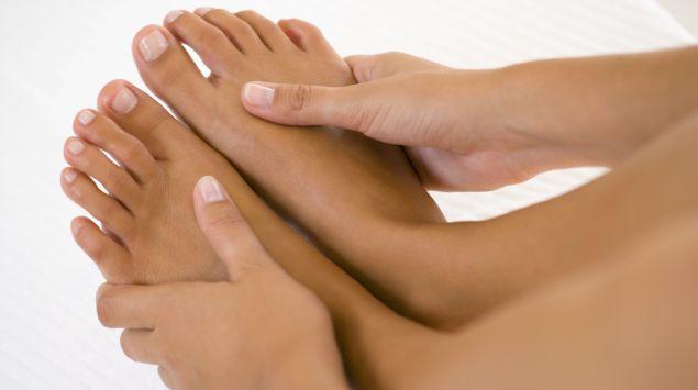Das Bild zeigt nackte Füße und Hände.
