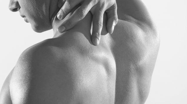Das Bild zeigt den Rücken eines Mannes.