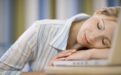 Ist der Schlaf-Wach-Rhythmus aus dem Takt geraten, kann dies eine Migräne begünstigen.