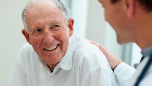 Das Bild zeigt einen älteren Herren.