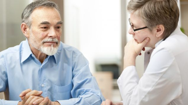 Das Bild zeigt einen älteren Mann beim Arzt.