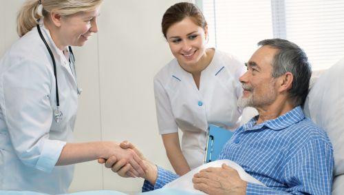 Das Bild zeigt einen älteren Mann im Krankenbett.