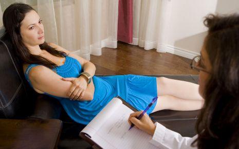 Eine junge Frau bei einer Psychologin.
