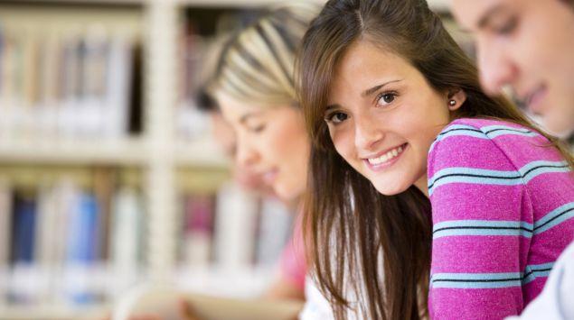Das Bild zeigt ein Mädchen in einer Schulklasse.