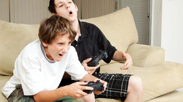 Zwei männliche Teenager spielen ein Computerspiel.