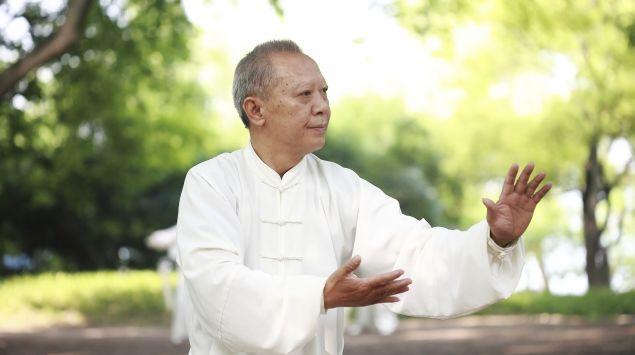 Ein älterer Asiate beim Qigong.