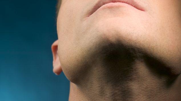Das Bild zeigt den Hals eines Mannes.