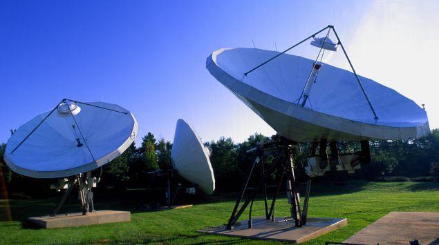 Das Bild zeigt Satellitenschüsseln.