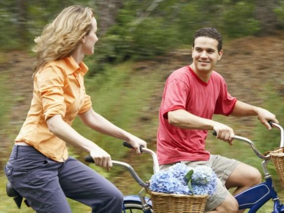 Das Bild zeigt ein Paar, das Fahrrad fährt.