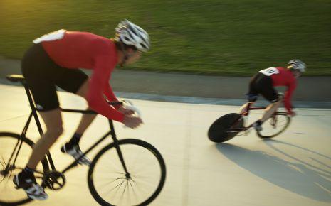 Das Bild zeigt zwei Radrennfahrer.