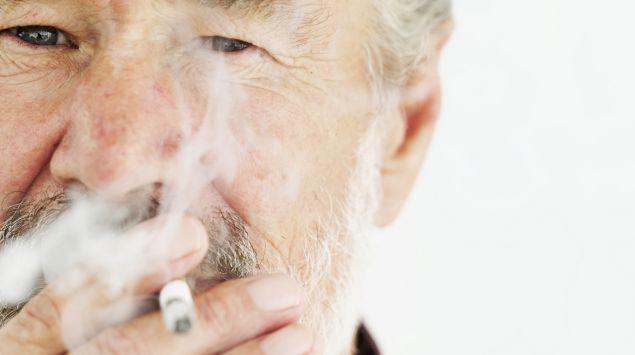 Das Bild zeigt einen älteren Mann, der raucht.