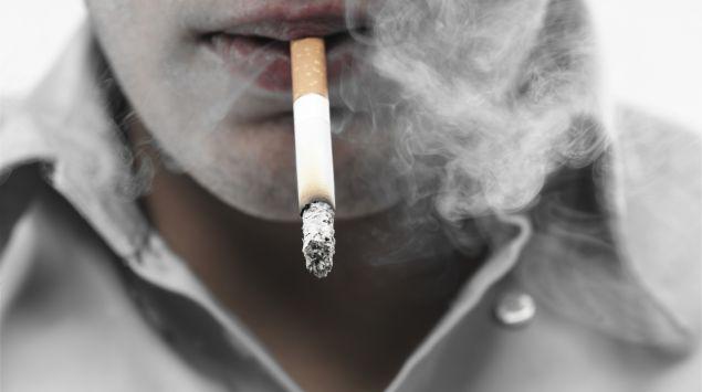 Das Bild zeigt einen Mann beim rauchen.