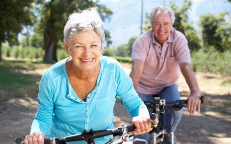 Bluthochdruck senken: Das Bild zeigt ein älteres Pärchen, das Fahrrad fährt.